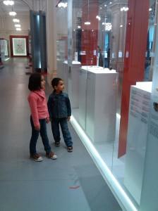 ASA NU: Una dintre multele vitrine la care copiii nu ajungeau sa vada decat ridicati in brate