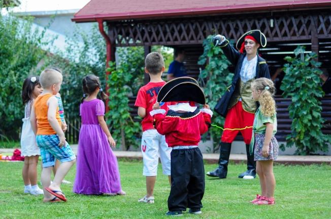 Copiii si Piratul (cel mare, cel mic e Andi, costumat la randul lui in Capitanul Hook)
