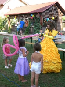 Bella facandu-le fetelor aripi de zana din baloane