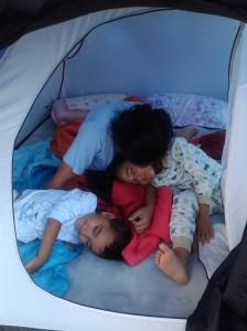 Noaptea de test: Inainte sa mergem la munte, am dormit o noapte in cort in propria curte ca sa ne obisnuim cu ideea. :)