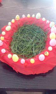 Am decorat coșul cu hârtie creponată și ouă de polistiren și l-am umplut cu iarbă din curte