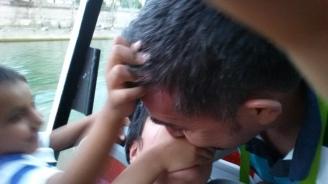Copii noștri au strategie: unul astupă gura, altul împinge capul.