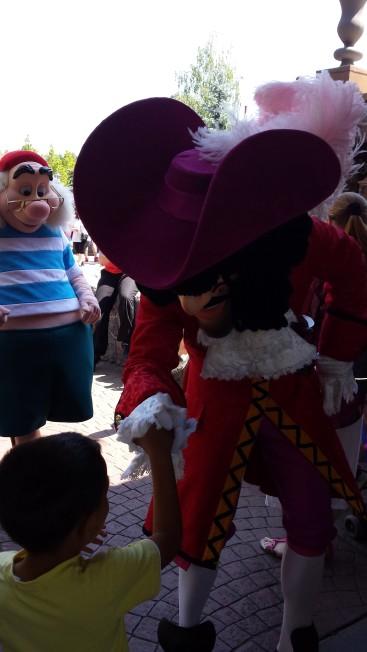 Andi, dând mâna cu Căpitanul Hook. Singurul personaj lângă care s-a mai pozat de data aceasta