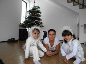 Cu copiii pregătiți de serbarea de iarnă de la grădiniță