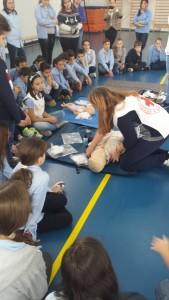 Irina le arată copiilor cum verifici corect victima